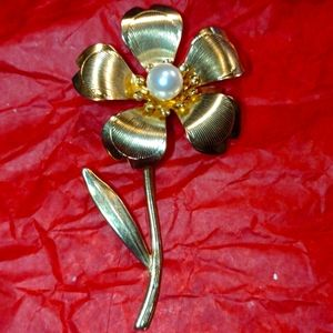 Beautiful Golden flower brooch with pearl